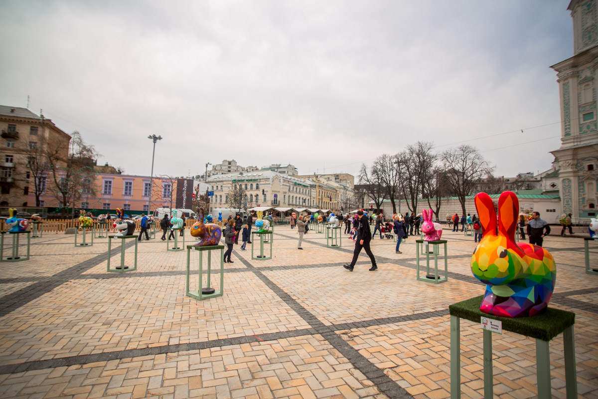 В этом году, помимо огромных разрисованных яиц, на площади гостей фестиваля ждут пасхальные кролики