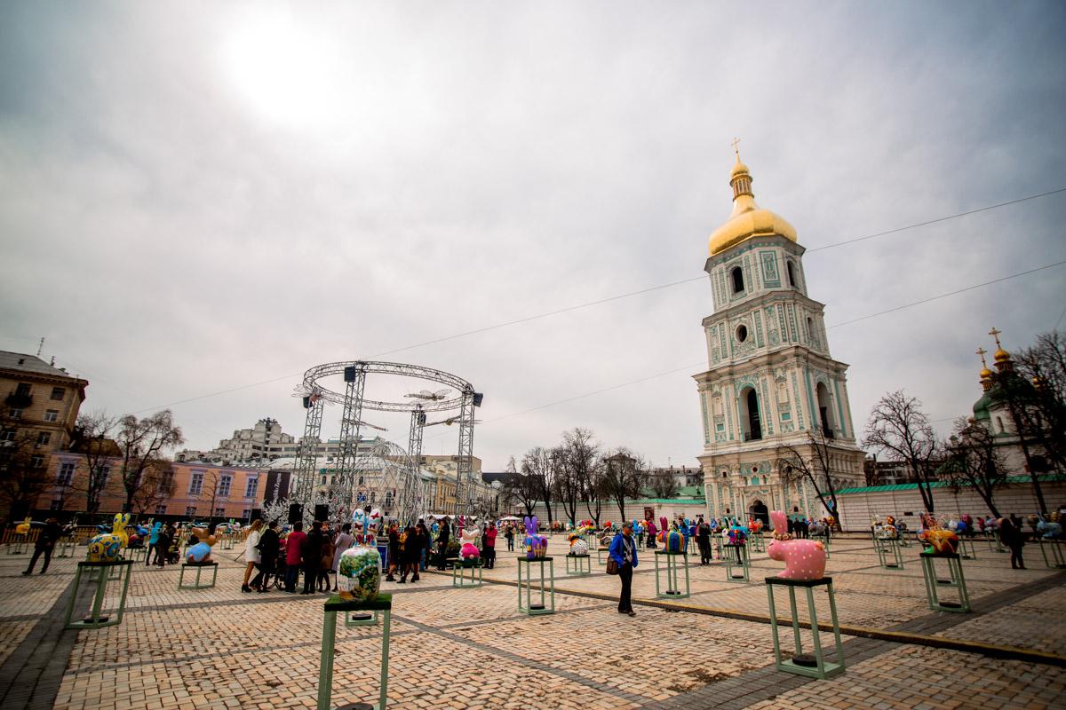 Выставка занимает почти все пространство Софийской площади