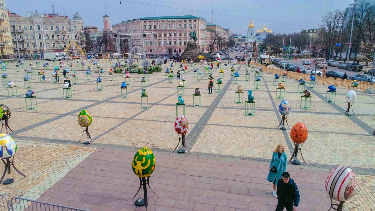 Фестиваль не успел открыться, как на площади начали собираться желающие сфотографироваться с красивыми пасхальными яйцами