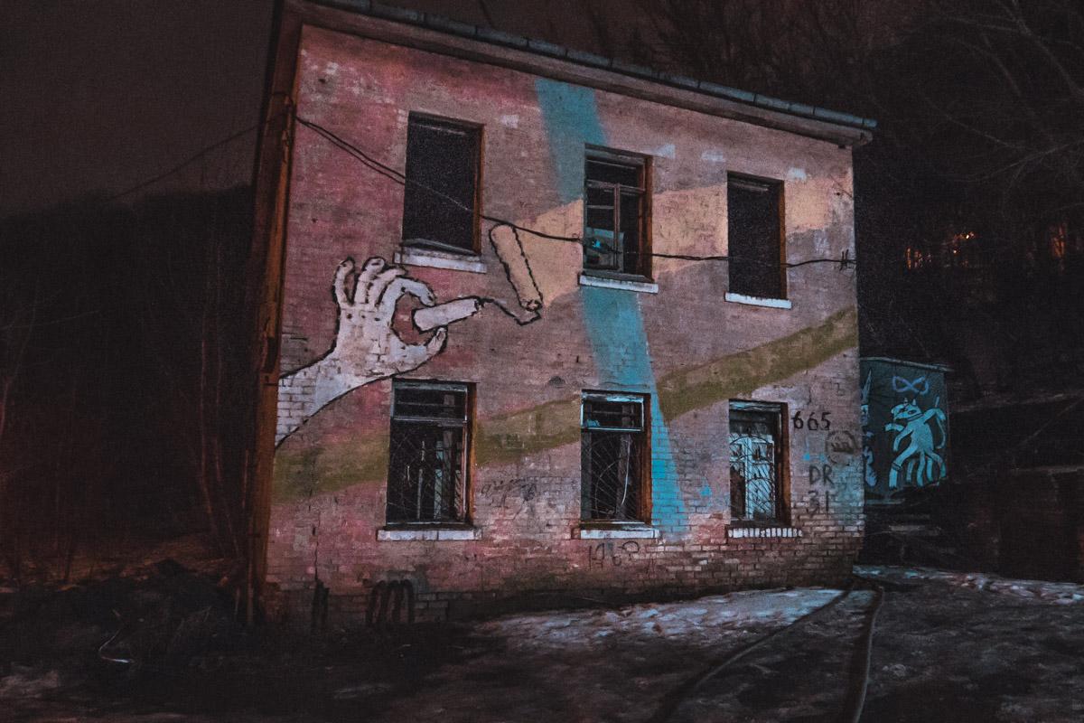 Огонь возник в заброшенном здании
