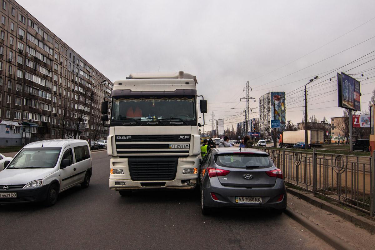 На слиянии улиц Братиславской и Миропольской столкнулись фура DAF и Hyundai i30