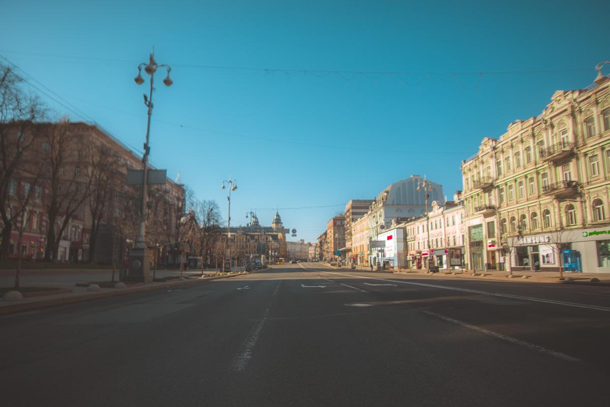 Безлюдная тишина улиц немного пугает