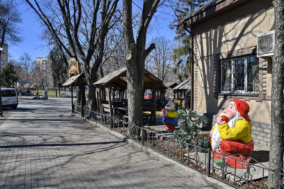 Посетителей кафе встречают на входе веселые гномы