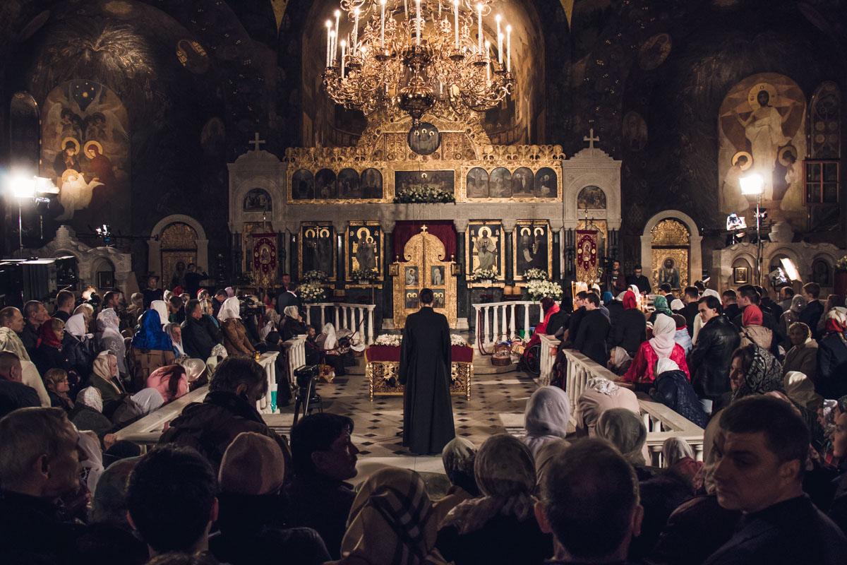В Киево-Печерской лавре священник читал молитву