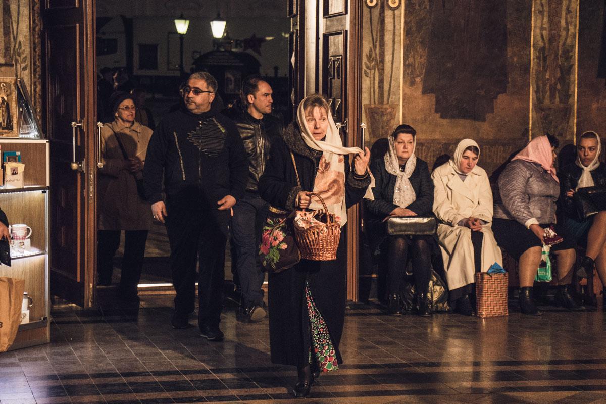 Люди сидели в ожидании начала службы