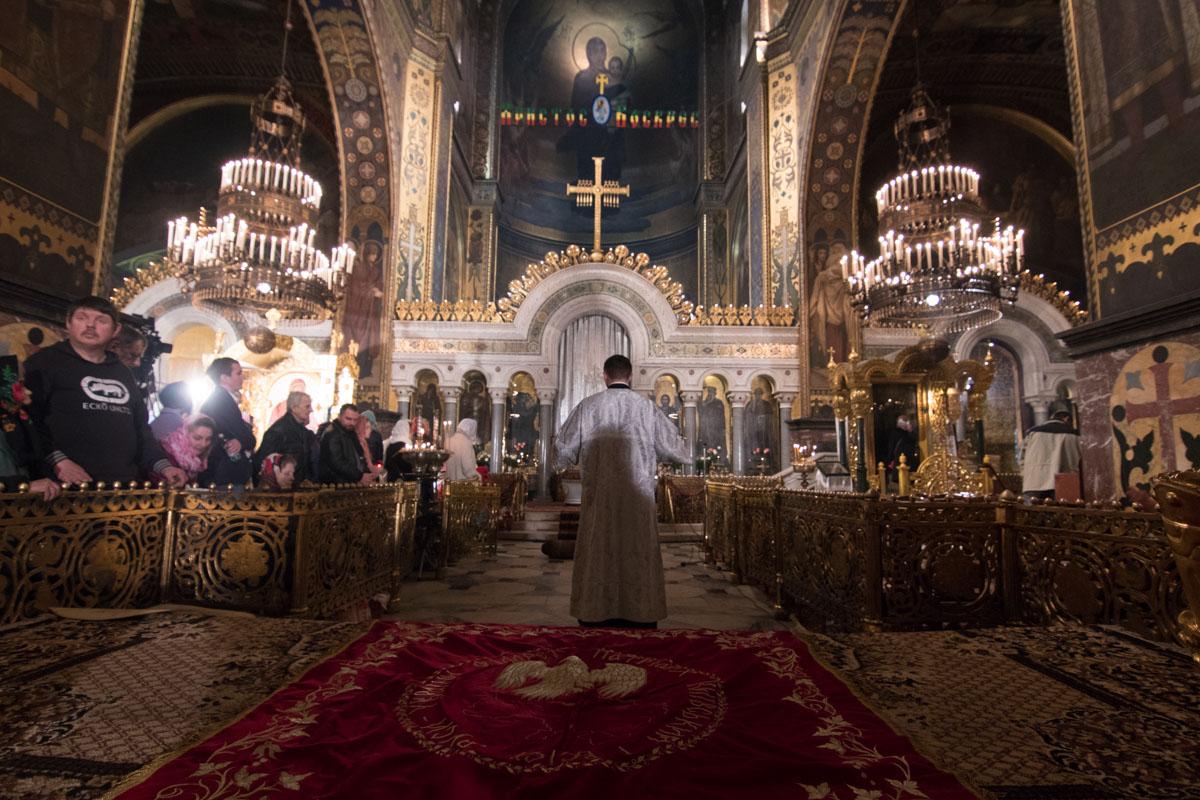 Люди слушают молитвы священника