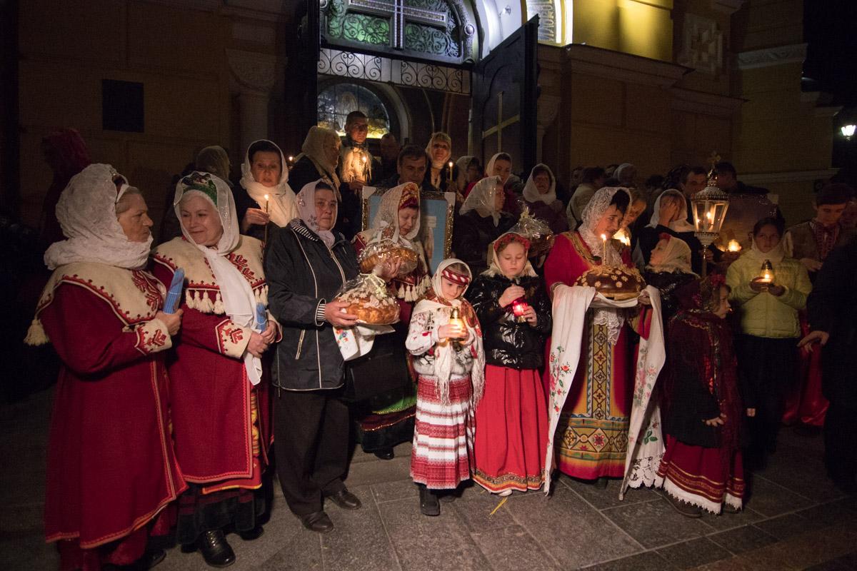 Возле Владимирского собора людей встречали нарядные украиночки