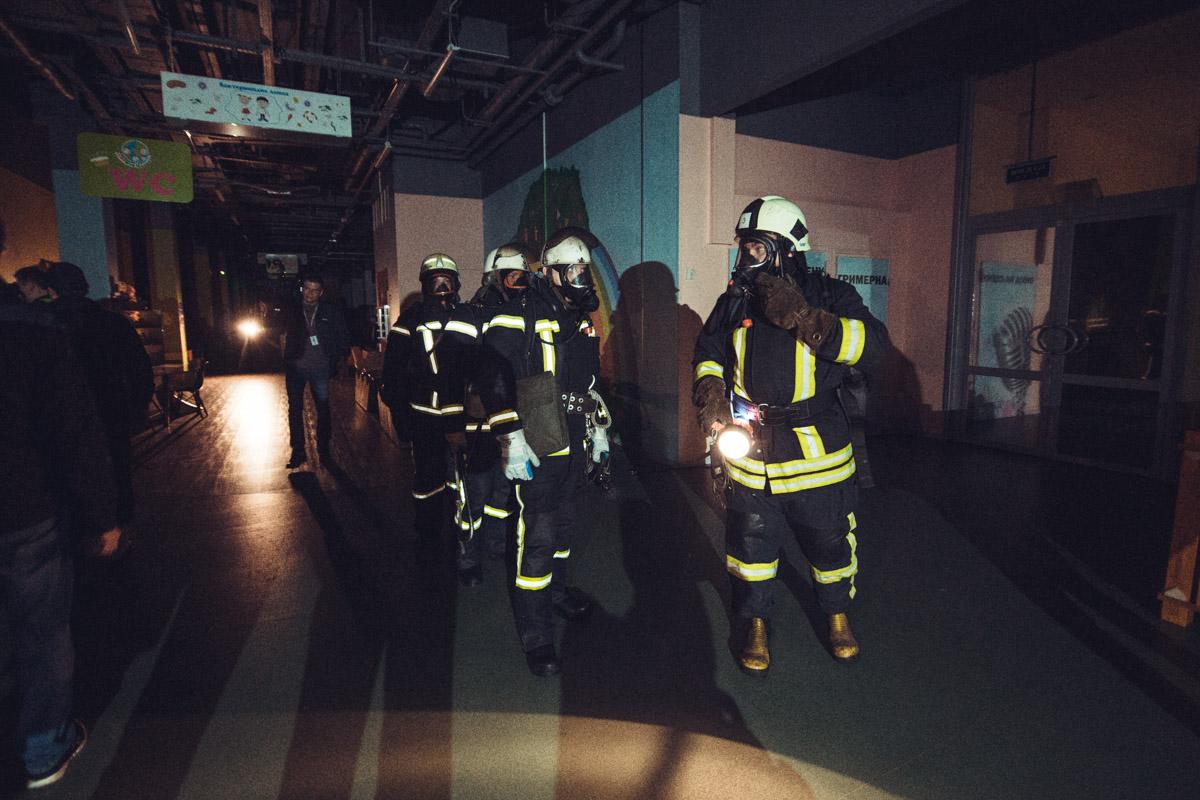 Пожарные работали в кислородных масках