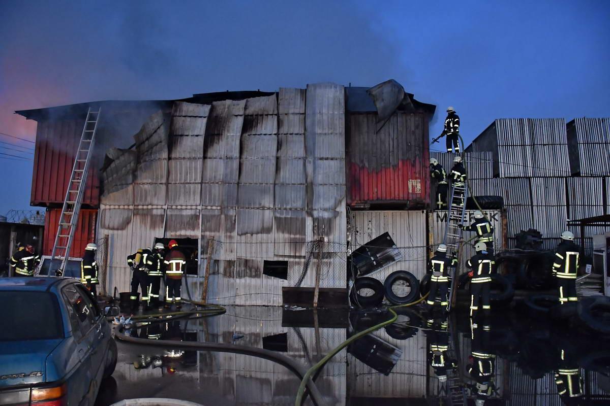 В промзоне на улице Вискозная, 17 произошел пожар