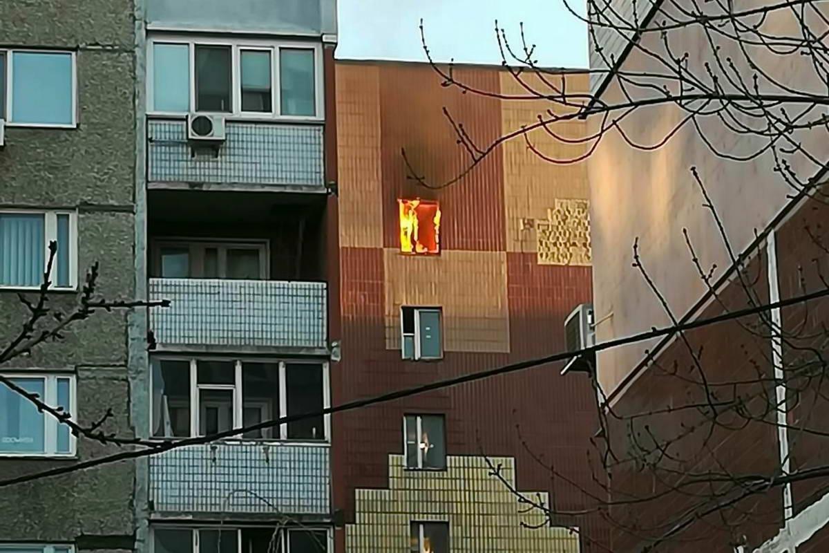 Огонь распространился на коридоры двух квартир