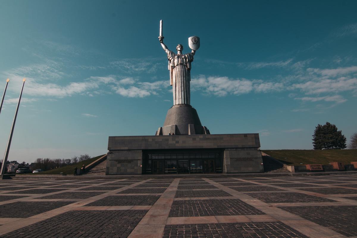 Всех, кто младше 18 лет, взбираться на монумент не пустят