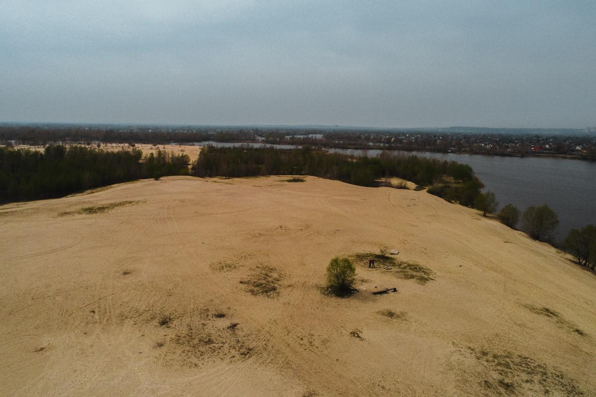Говорят, пустыня образовалась на месте во время постройки жилмассивов на левом берегу