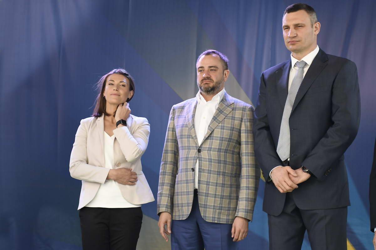 Андрей Павелко - президент ФФУ, вместе с Ия Андрущак и Виталием Кличко