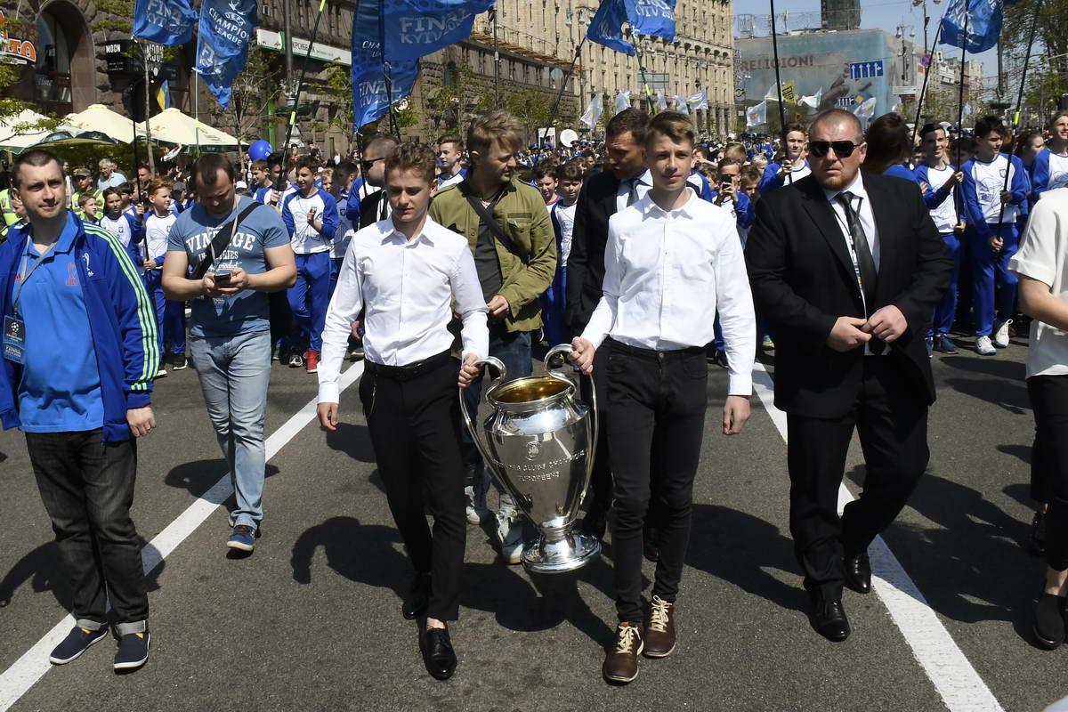 Перед торжественным вручением состоялось шествие молодых футболистов