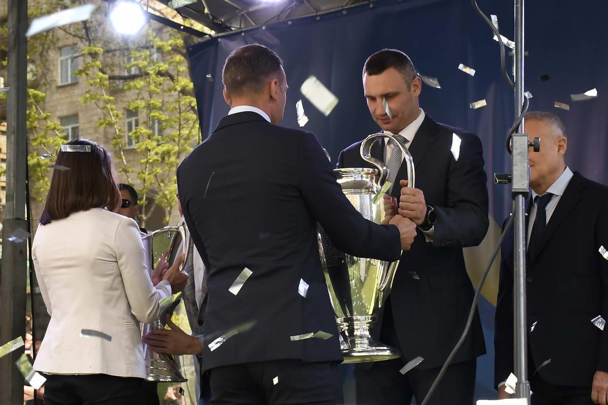 Передача Кубка из рук Шевченко Кличко