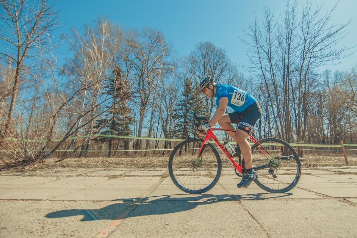 За медали боролись около 100 велосипедистов