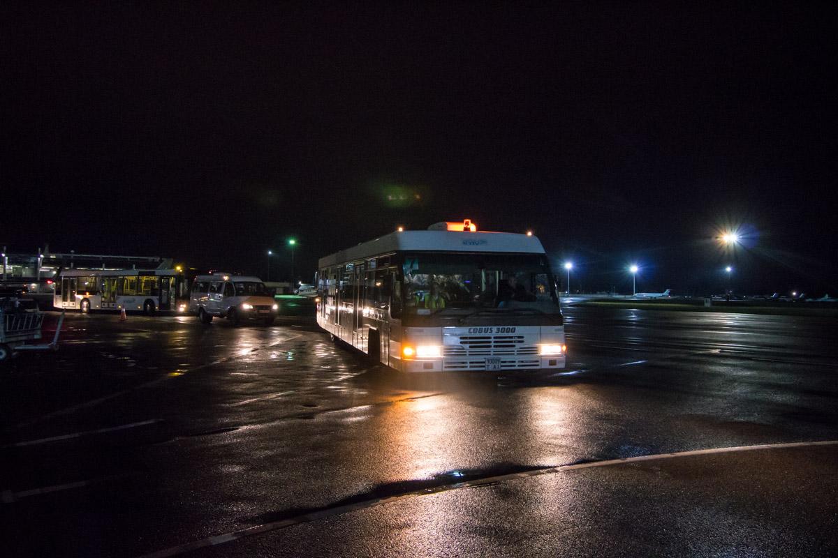 Автобус увозит пассажиров в аэропорт для прохождения таможенного контроля