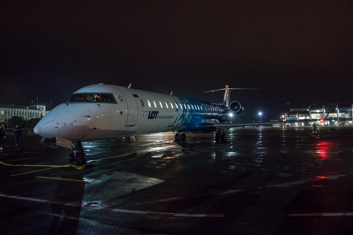 Самолет приблизился к журналистам