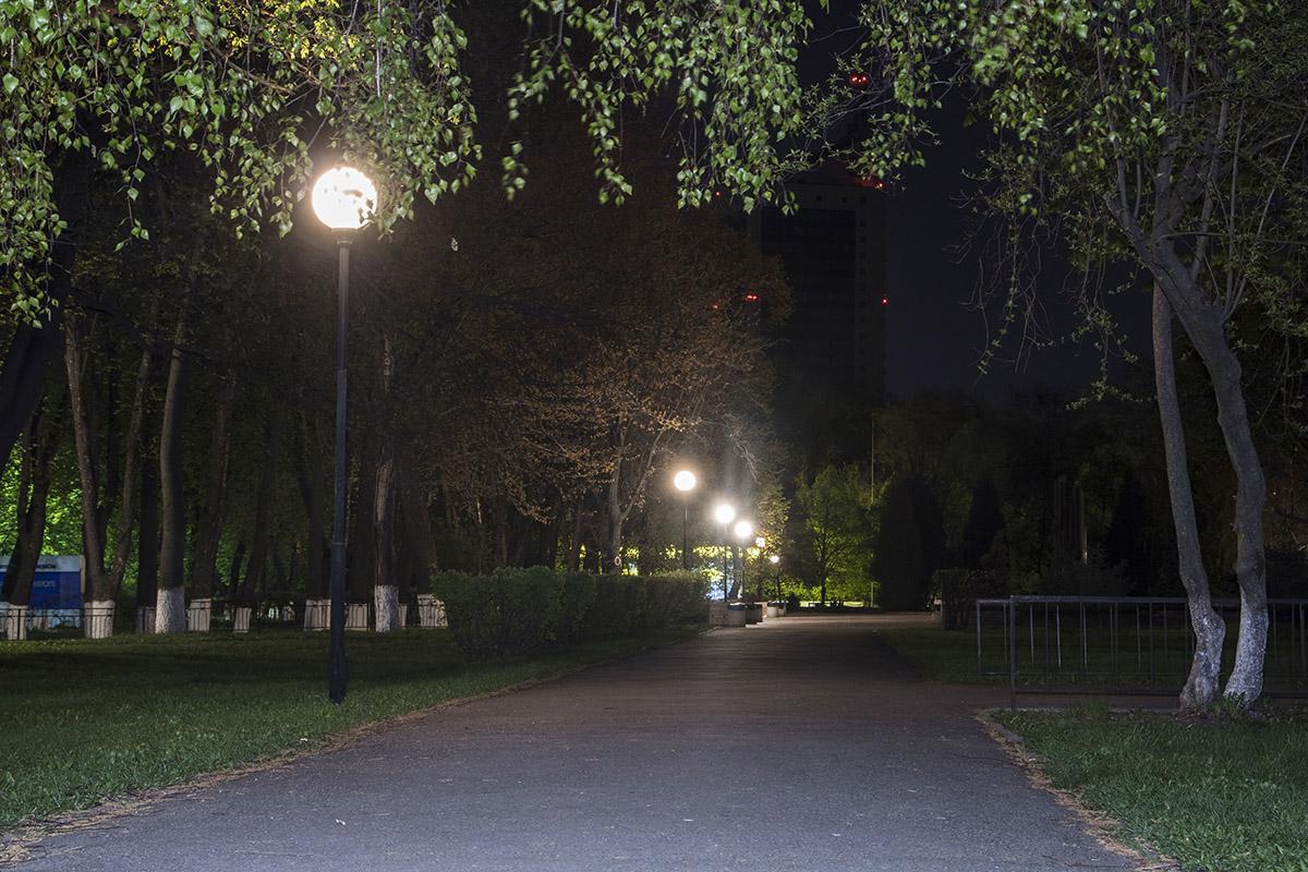 Пустые улицы и горящие фонари