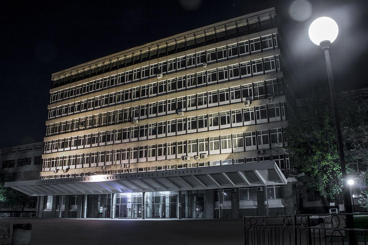 Вид одного из лучших киевских университетов ночью без студентов
