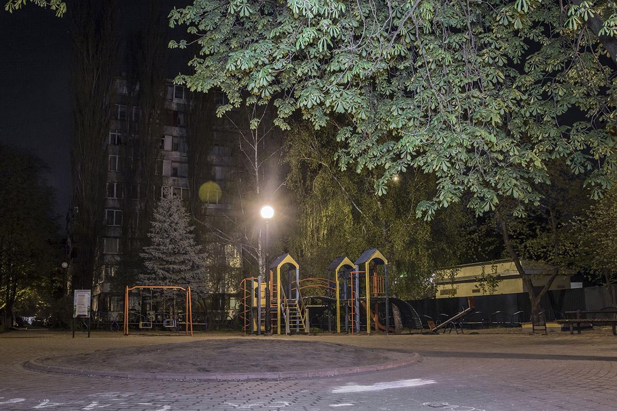 Детская площадка без детей выглядит немного грустно