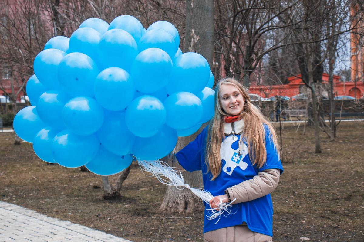 В небо было выпущено много шариков в честь праздника