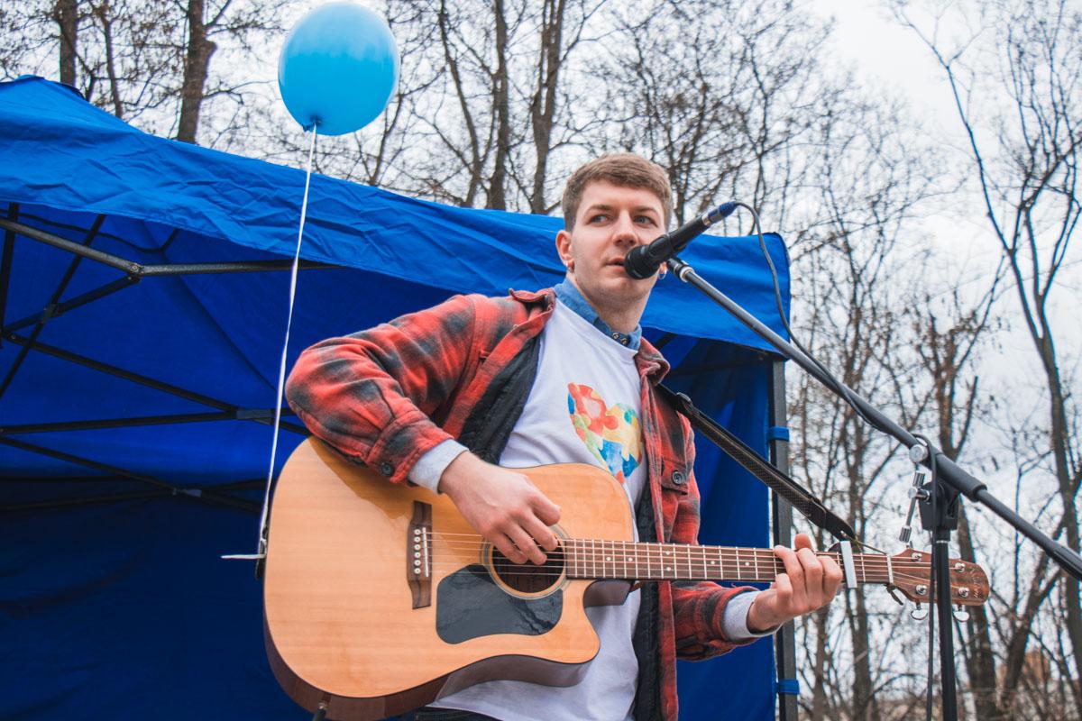 На сцене в парке выступил Дмитрий Побережный