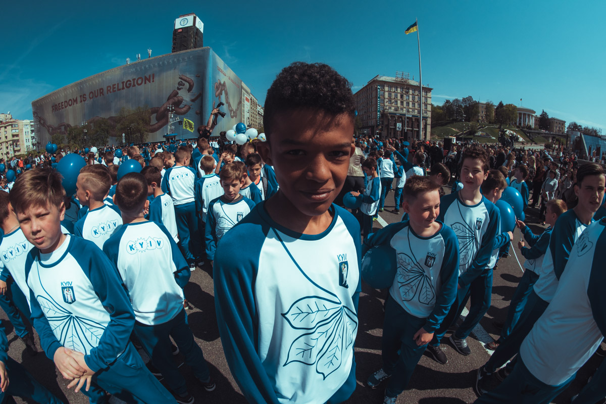Молодые футболисты открыли торжественное шествия в честь Кубков Лиги Чемпионов