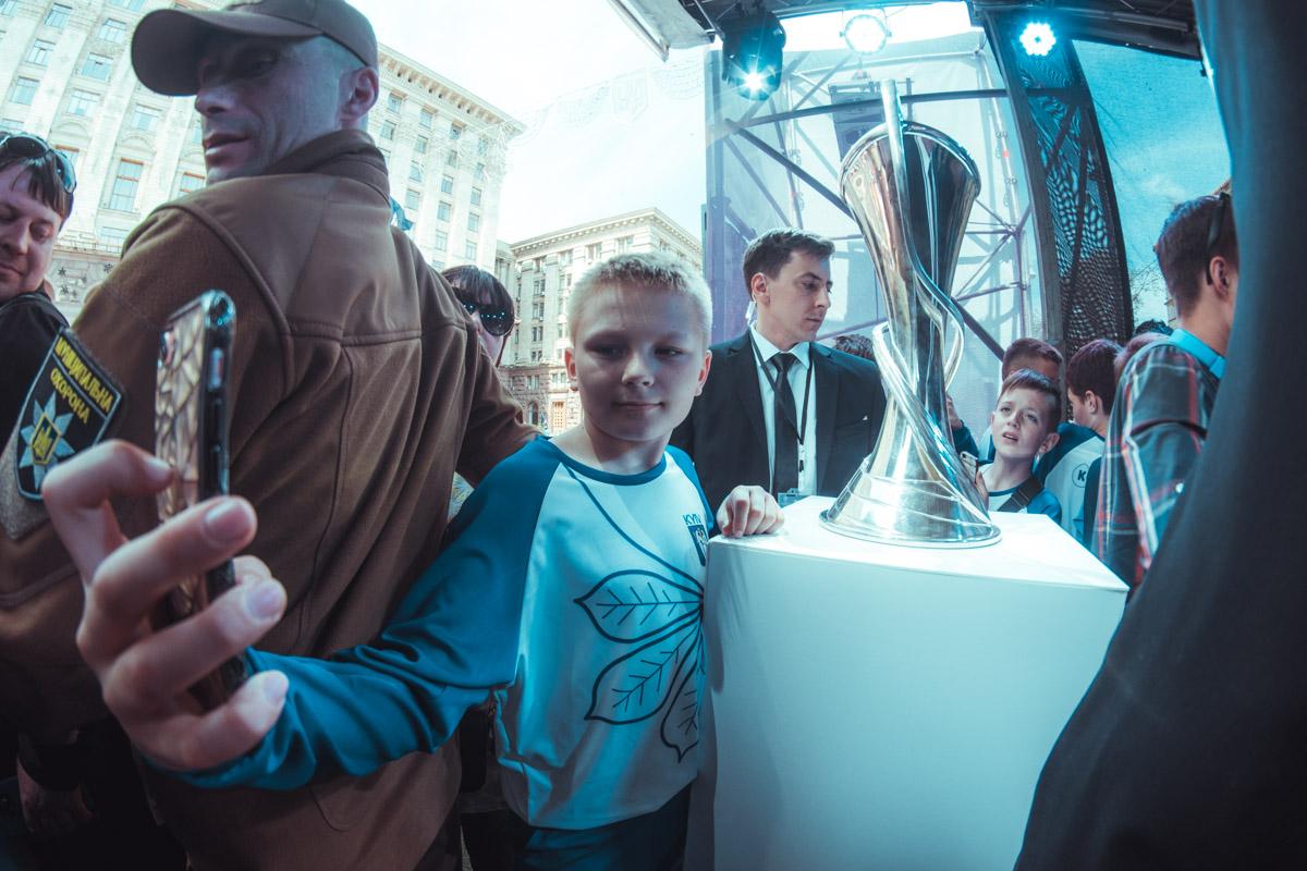 Молодые футболисты, не дожидаясь окончания торжества, начали делать фото с Кубком Лиги Чемпионов