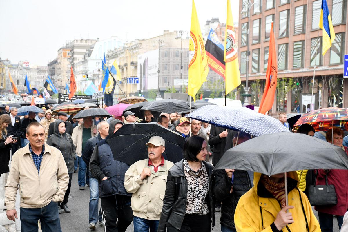 Марш двигался 3,5 километров под дождем