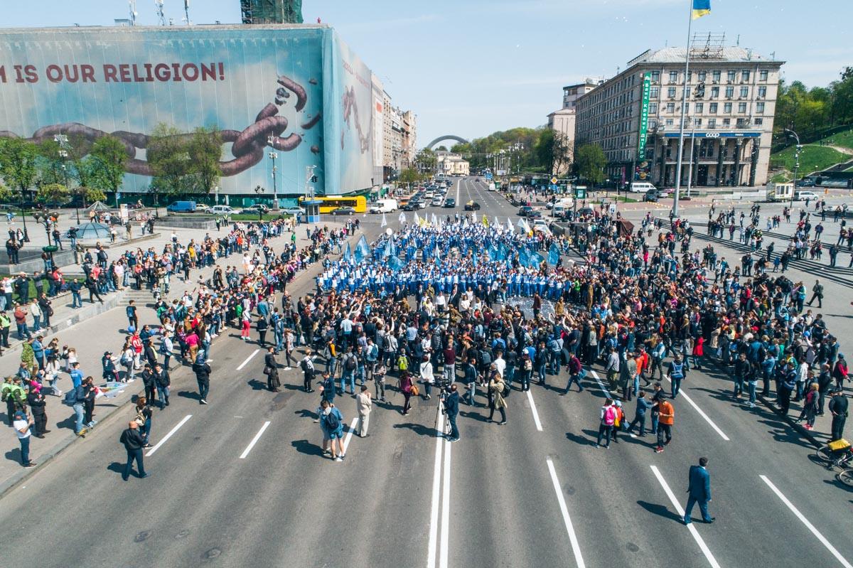 Юные футболисты в форме с символикой Киева прошлись по главной улице столицы