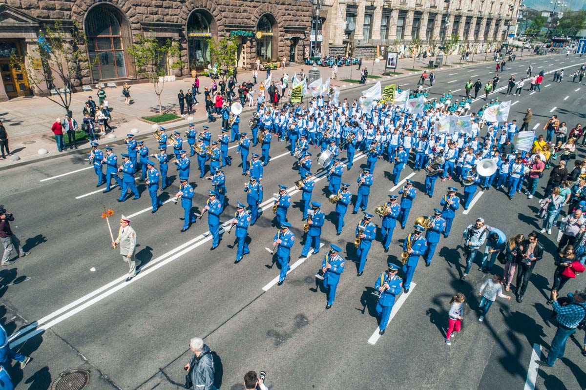 Возглавлял шествие духовой оркестр