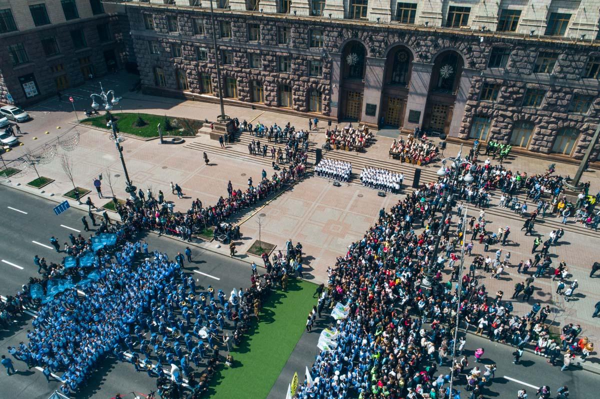 Возле здания мэрия установлена сцена, где и финишировал парад