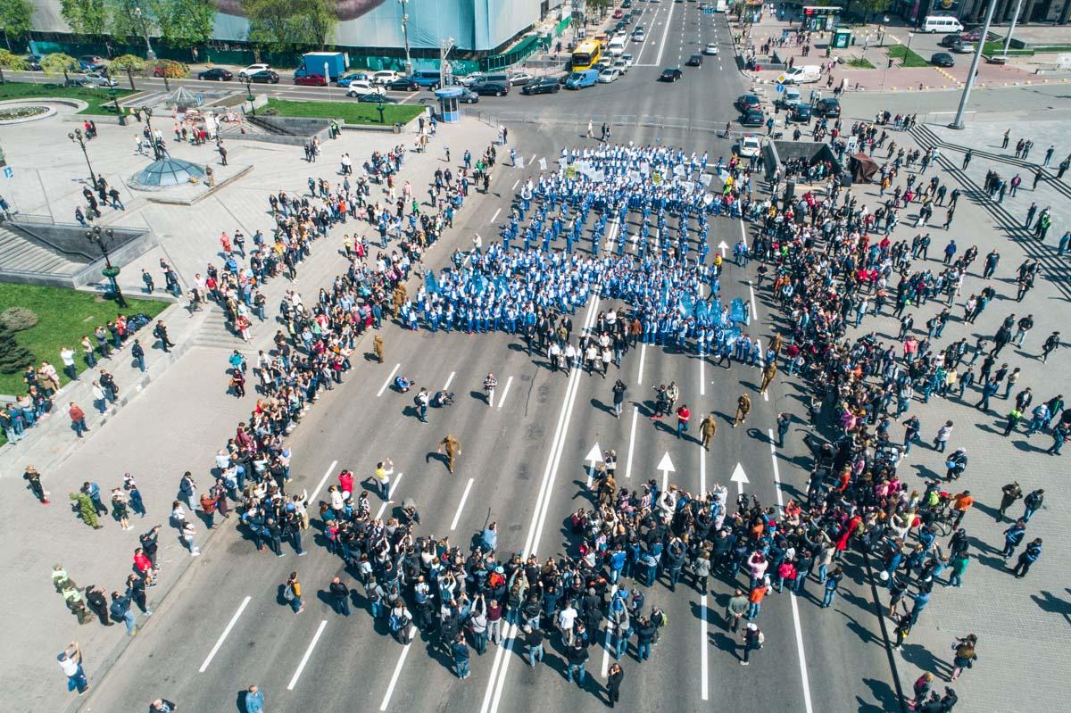 В 12:00 две колонны маленьких футболистов собрались на Майдане Независимости