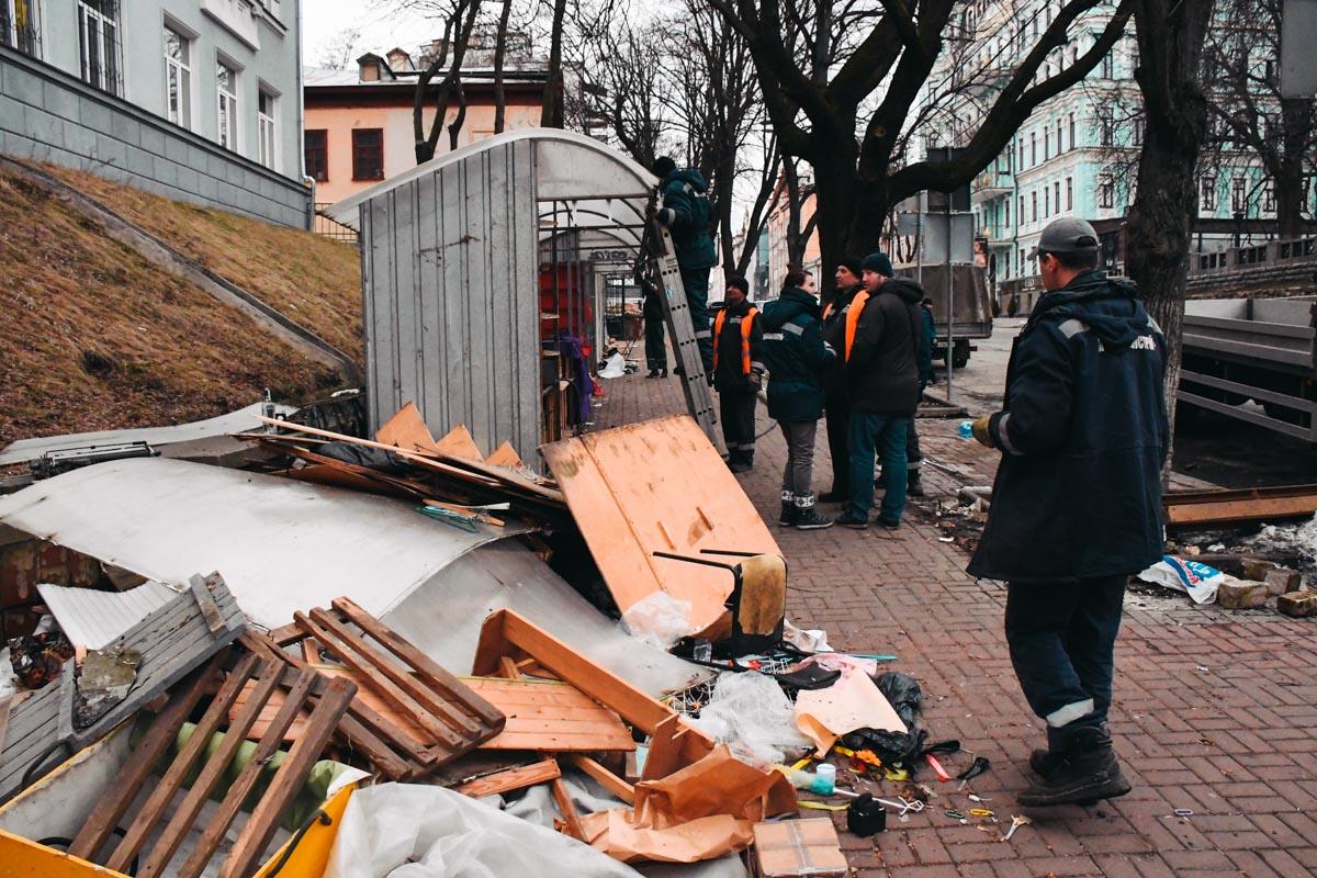 МАФовое очищение вКиеве: НаАндреевском спуске разбили все киоски