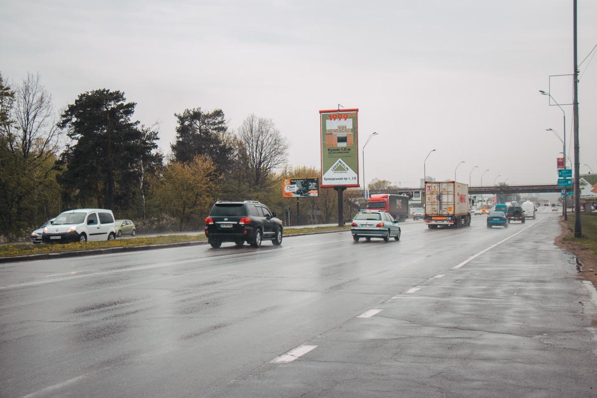 Простирается проспект от моста Метро до границы города (Бровары)