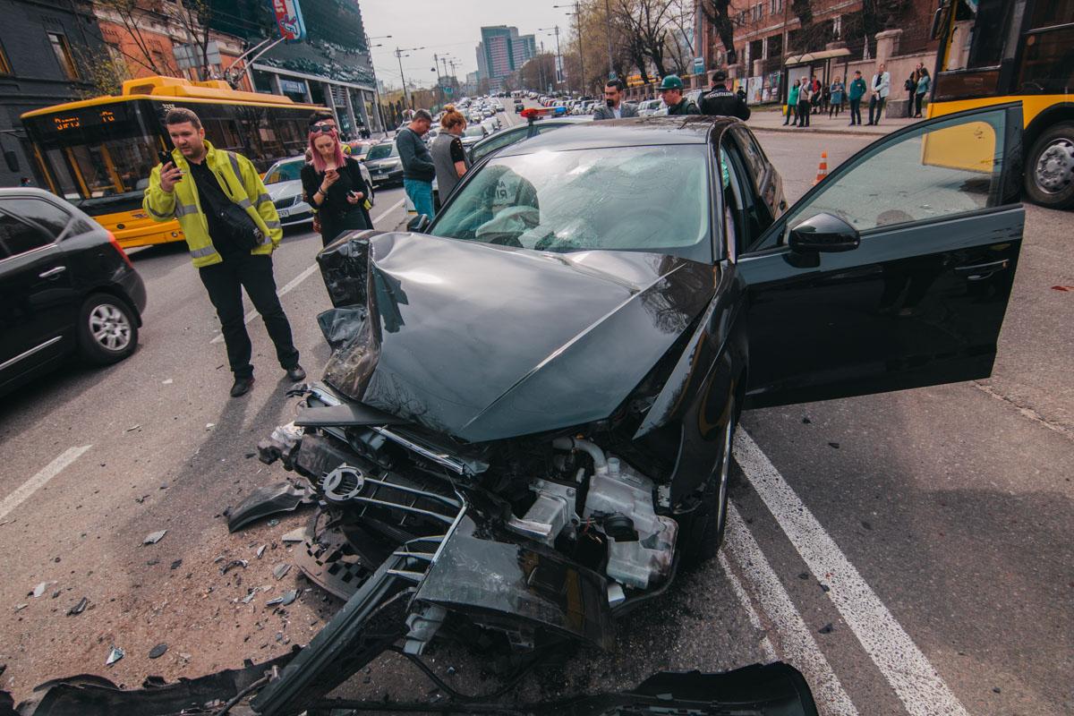 У Audi после столкновения полностью нет переда