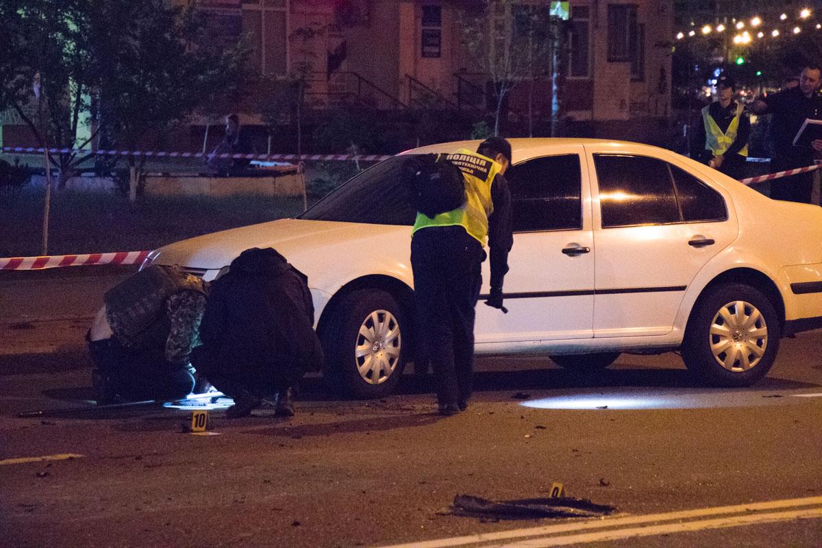 Части автомобиля разлетелись по улице