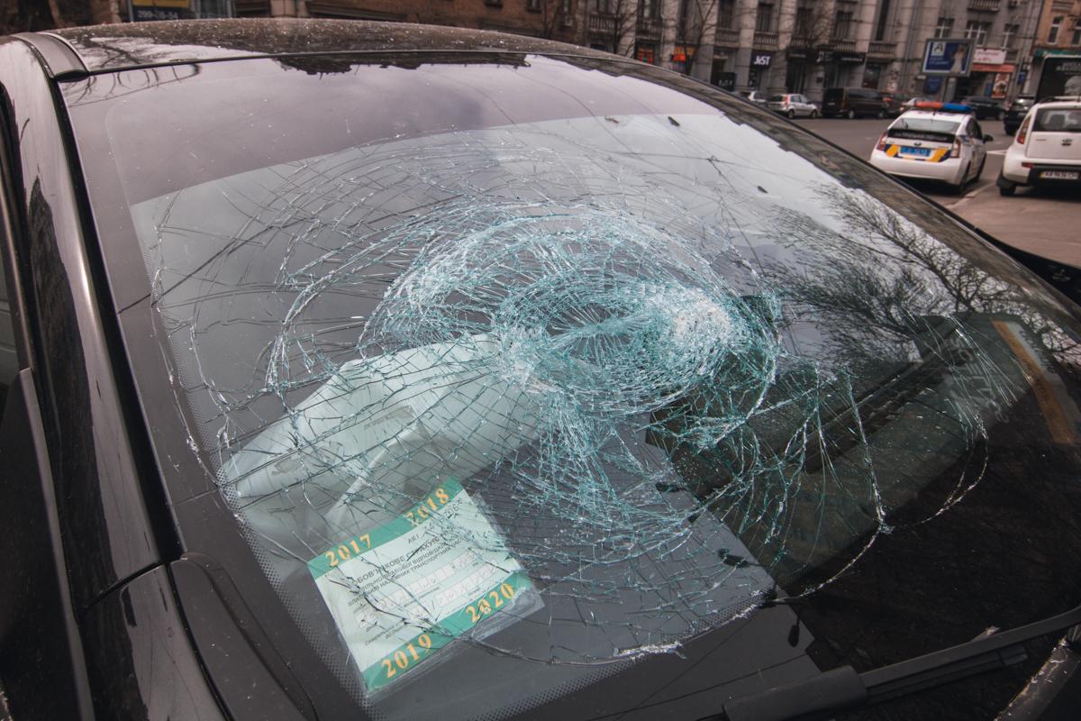 Черное Renault получило повреждение лобового стекла и передней части авто