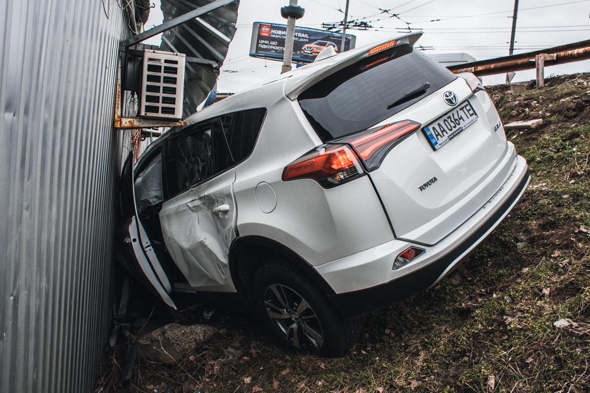 На Троещине Toyota RAV4 слетел с дороги