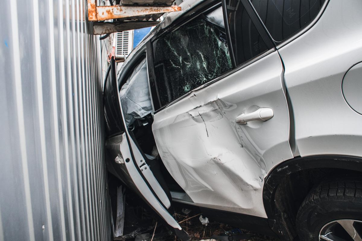 Сильно пострадала левая сторона автомобиля
