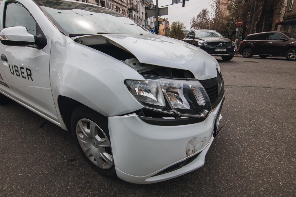 У Renault службы Uber повреждена передняя часть