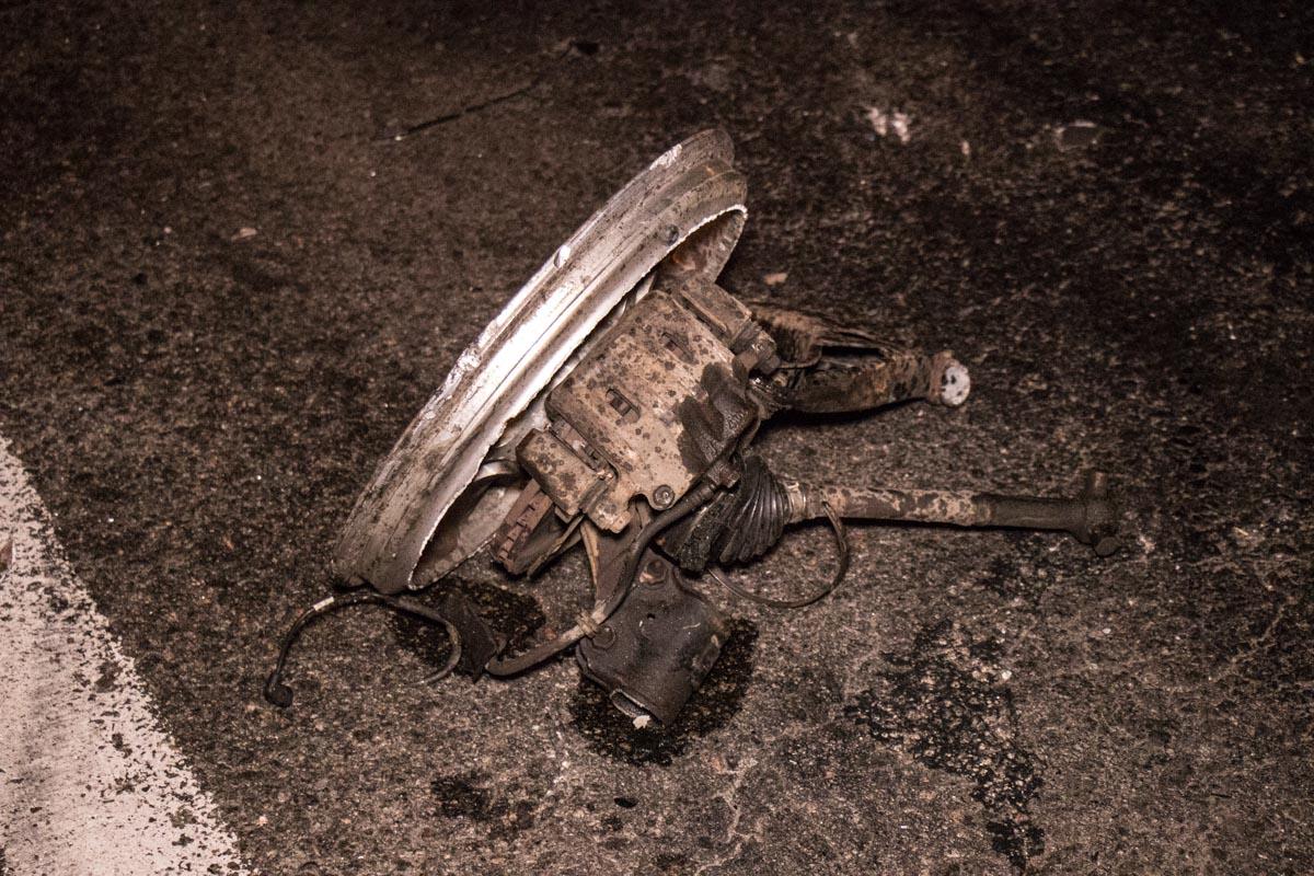 Движение по путепроводу перекрыто из-за разбросанных частей автомобилей