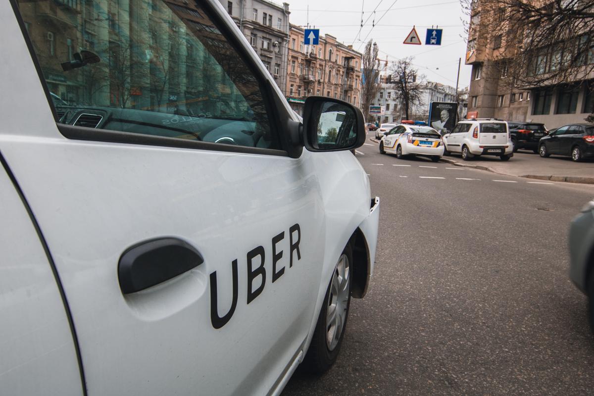 Авто Uber ехало на красный