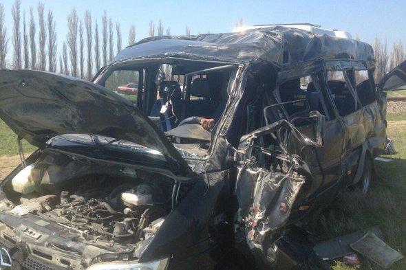 В Крыму столкнулись электричка и автобус