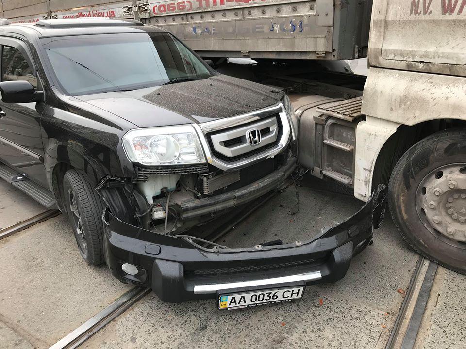 Авария случилась прямо на трамвайных рельсах