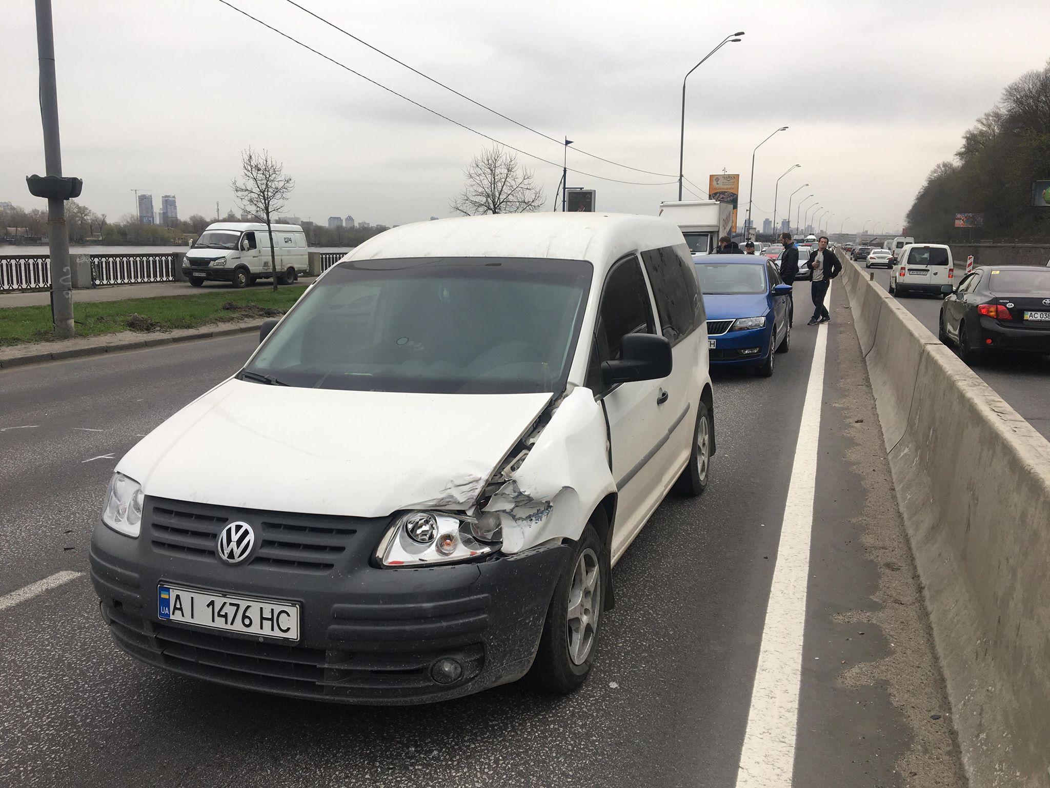 17 апреля на Набережном шоссе произошло ДТП с участием трех автомобилей