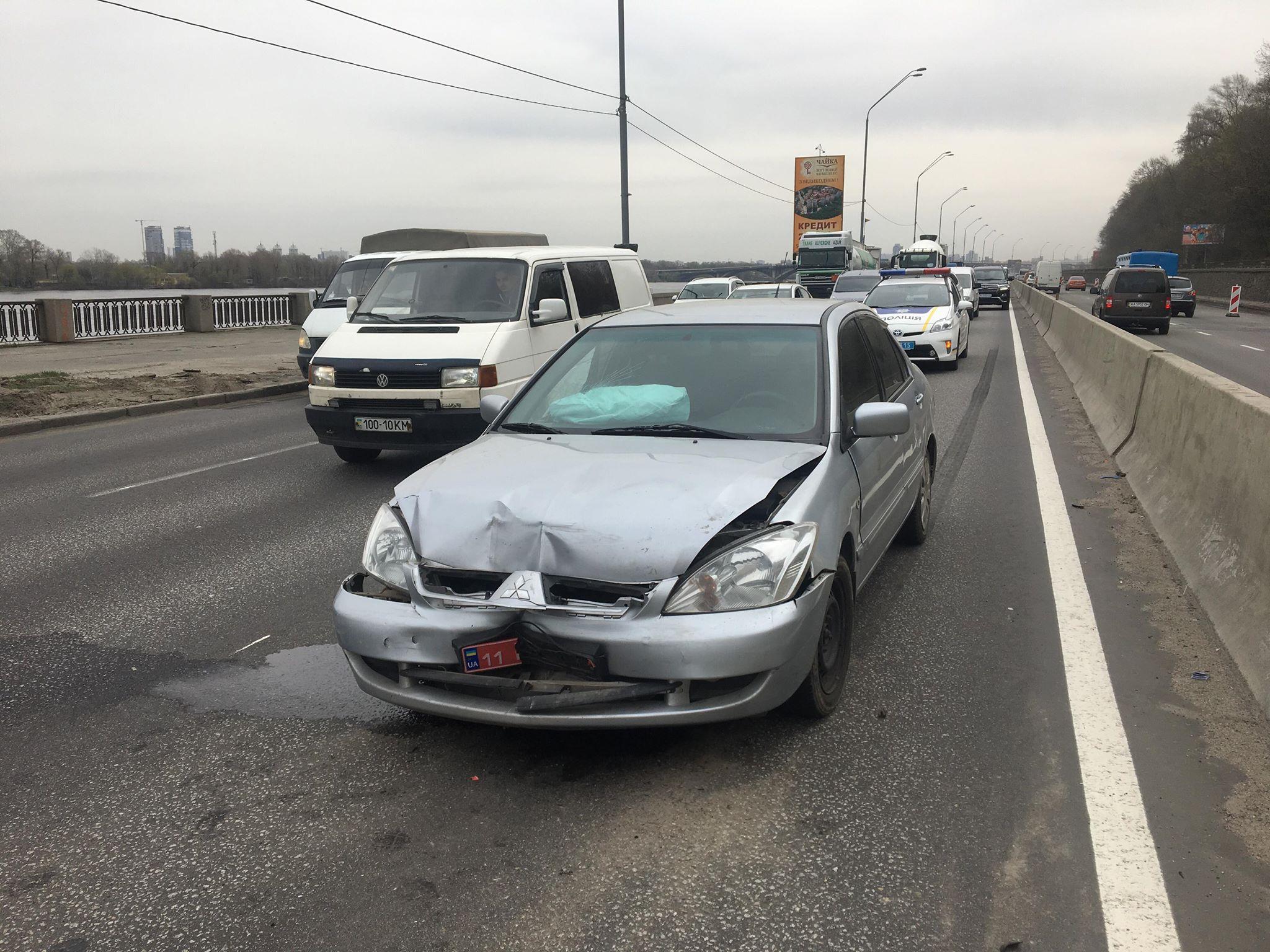 На изменение скоростного движения не успел среагировать Mitsubishi Lancer, в результате чего врезался в Volkswagen