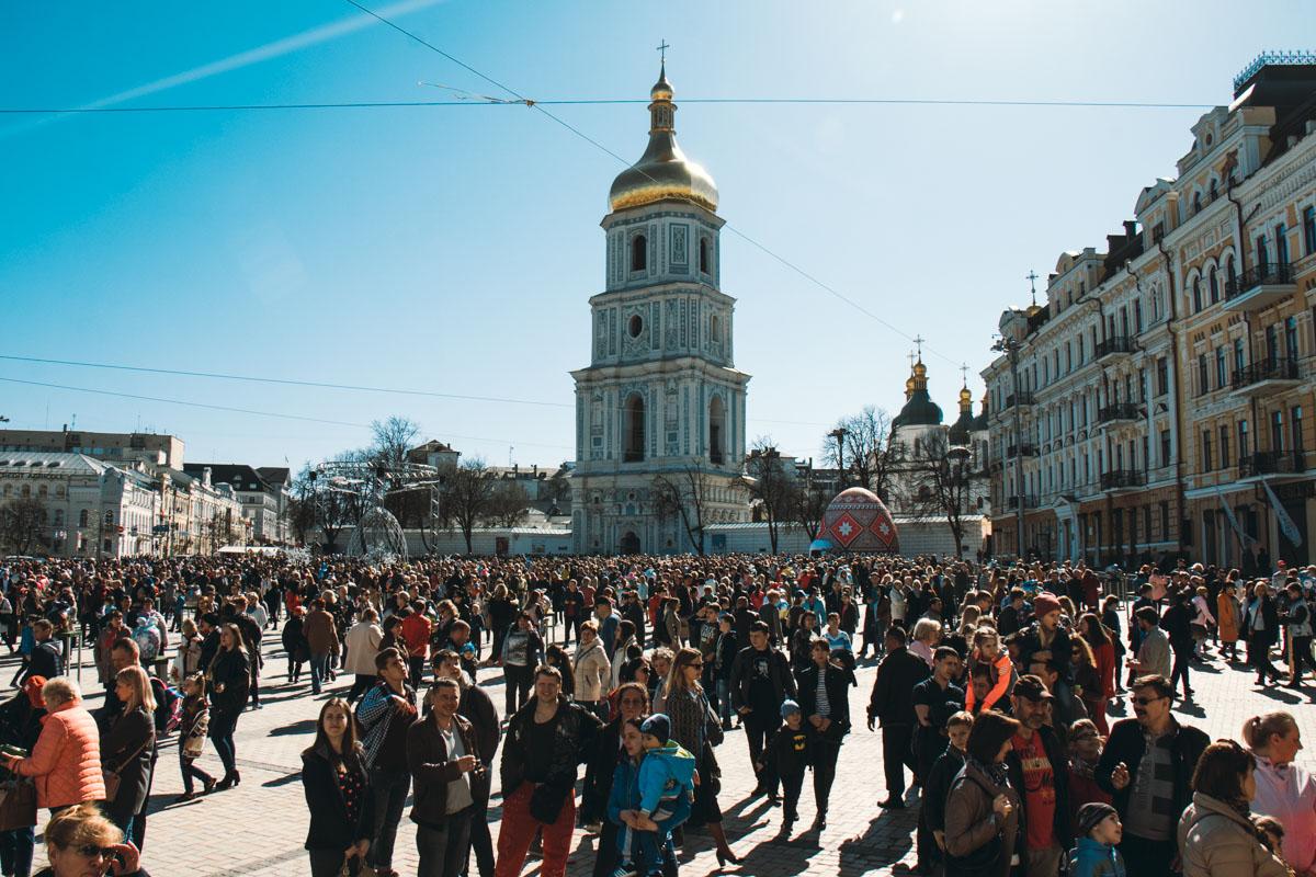 На Михайловской площади собралось много людей