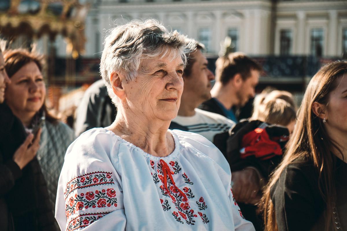 Некоторые жители города были в украинских рубашках